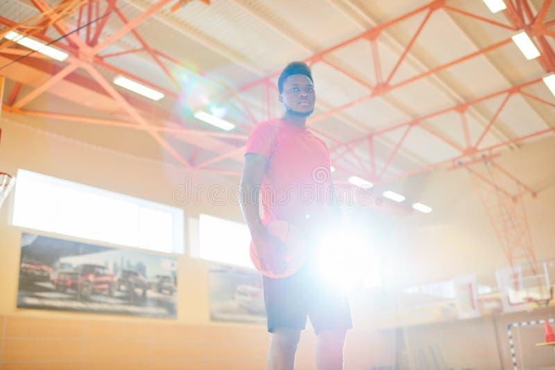 Jogador de basquetebol preto novo na corte imagem de stock royalty free