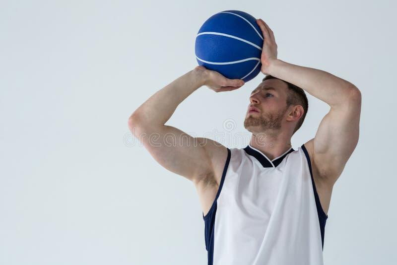 Jogador de basquetebol pronto para jogar a bola imagem de stock royalty free