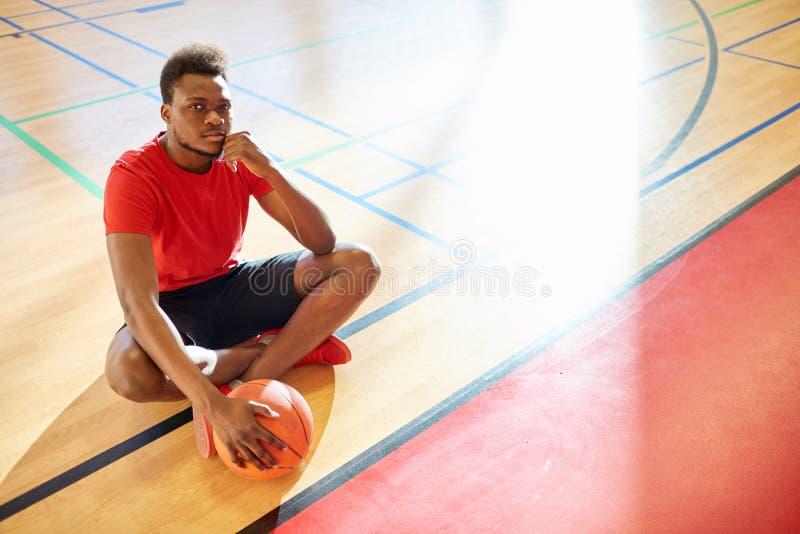 Jogador de basquetebol que olha a câmera imagens de stock royalty free