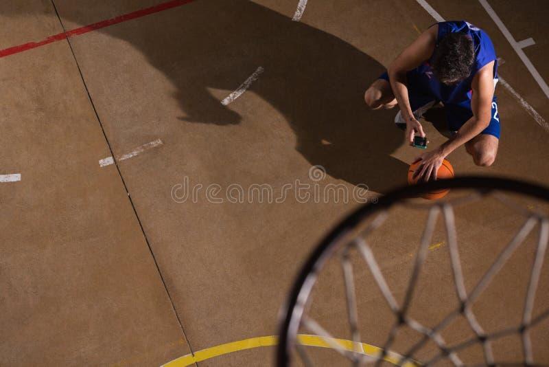 Jogador de basquetebol que toma uma ruptura fotografia de stock royalty free