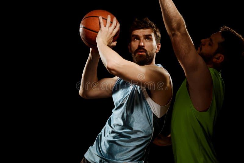 Jogador de basquetebol que usa a broca ofensiva fotografia de stock
