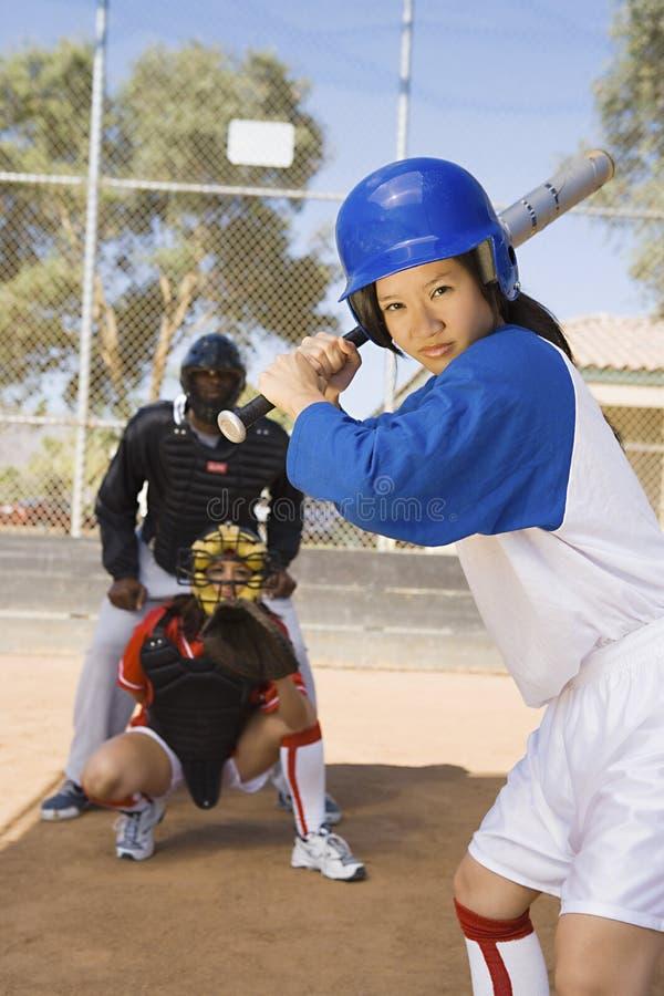 Jogador de beisebol asiático pronto para um tiro foto de stock