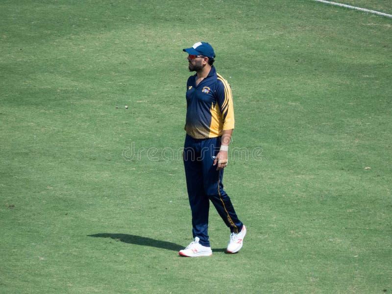 Jogador de cricket Yuvraj Singh Fielding em um fósforo fotografia de stock