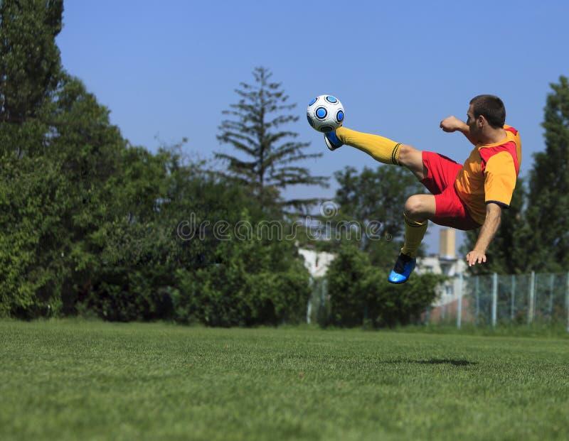 Jogador de futebol acrobático imagens de stock