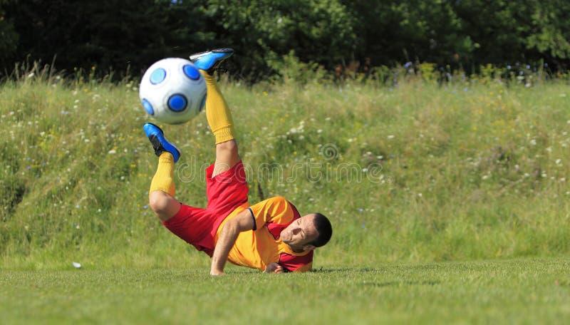 Jogador de futebol acrobático imagem de stock