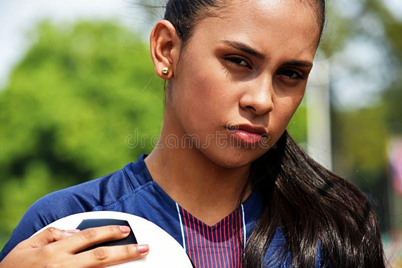 Jogador de futebol adolescente fêmea novo sério imagem de stock royalty free