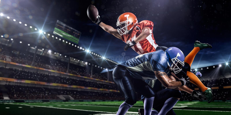 Jogador de futebol americano na ação no estádio foto de stock royalty free