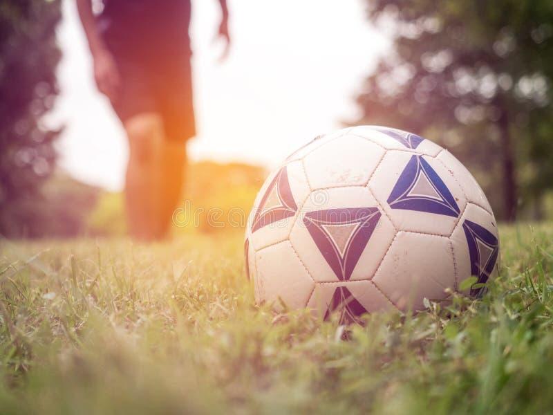 Jogador de futebol ascendente próximo que prepara-se para retroceder uma bola de futebol foto de stock
