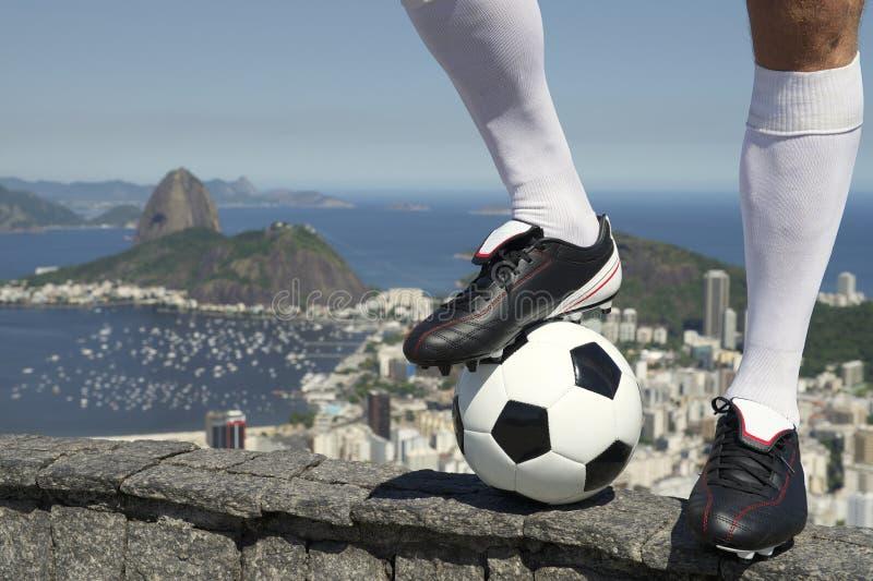 Jogador de futebol brasileiro do futebol que está em Rio Skyline fotos de stock