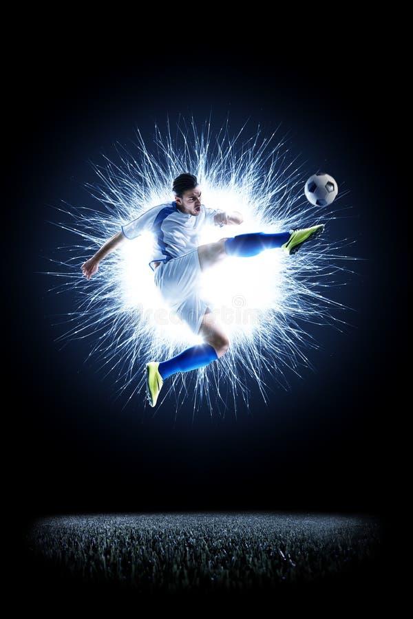 Jogador de futebol do futebol profissional na ação no preto imagens de stock royalty free