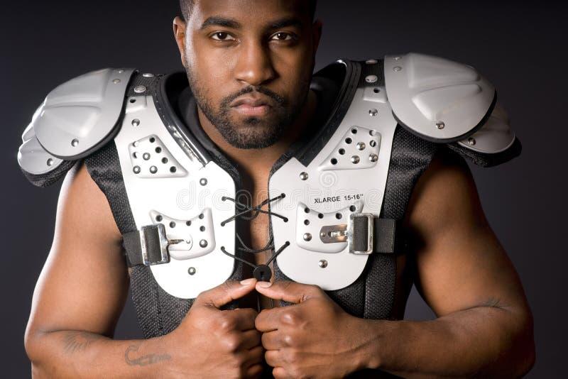Jogador de futebol em almofadas de ombro imagens de stock royalty free