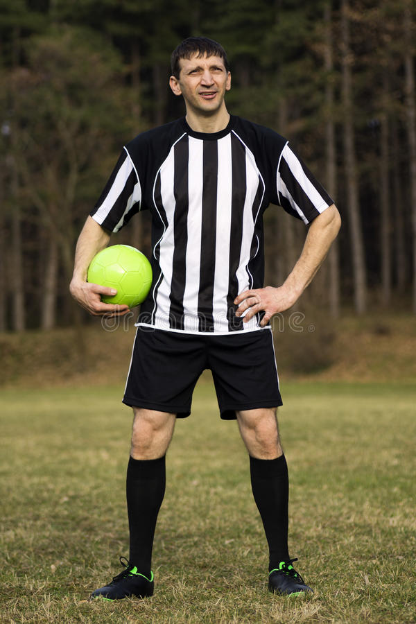 Jogador de futebol ereto imagem de stock