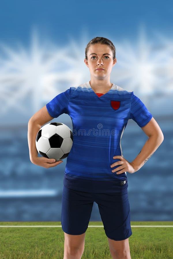 Jogador de futebol fêmea que guarda a bola imagem de stock royalty free