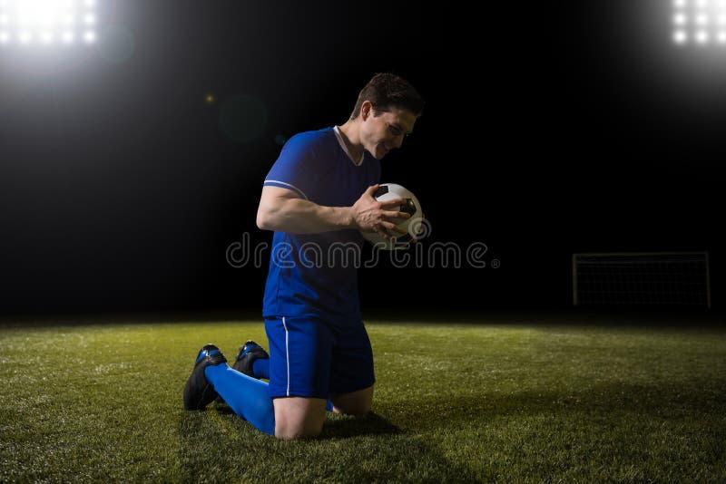 Jogador de futebol feliz após ter marcado o objetivo fotos de stock royalty free