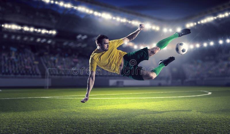 Jogador de futebol na arena de esporte Meios mistos fotos de stock