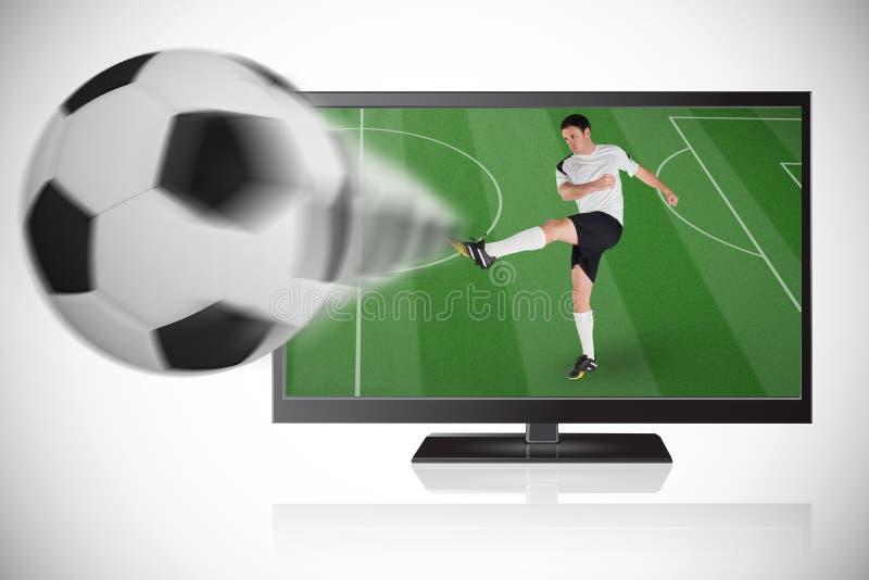 Jogador de futebol na bola de retrocesso branca fora da tevê foto de stock royalty free