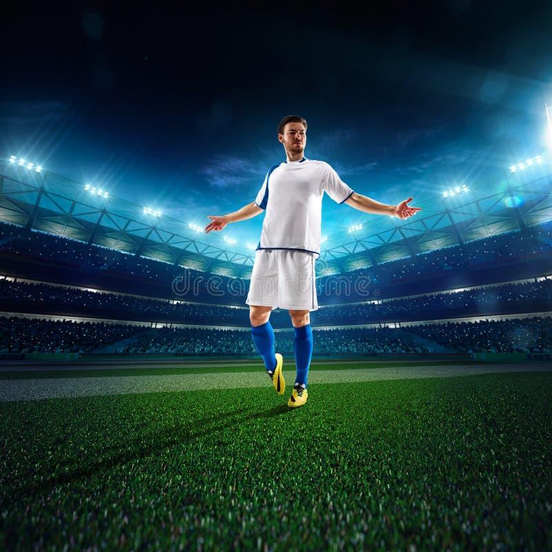 Jogador de futebol no panorama da ação imagem de stock