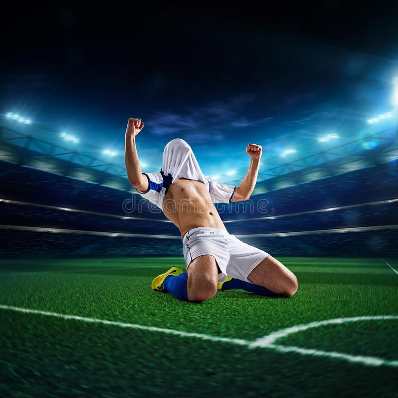 Jogador de futebol no panorama da ação imagens de stock