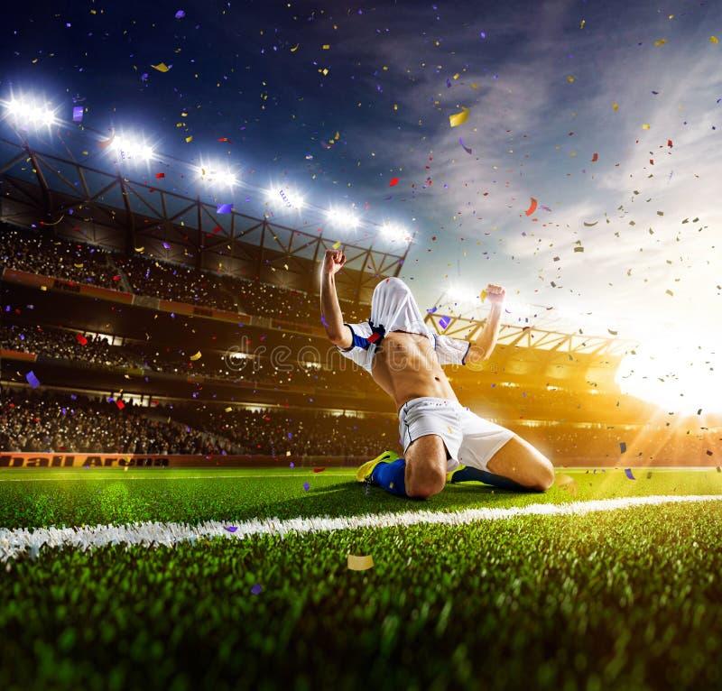 Jogador de futebol no panorama da ação foto de stock royalty free
