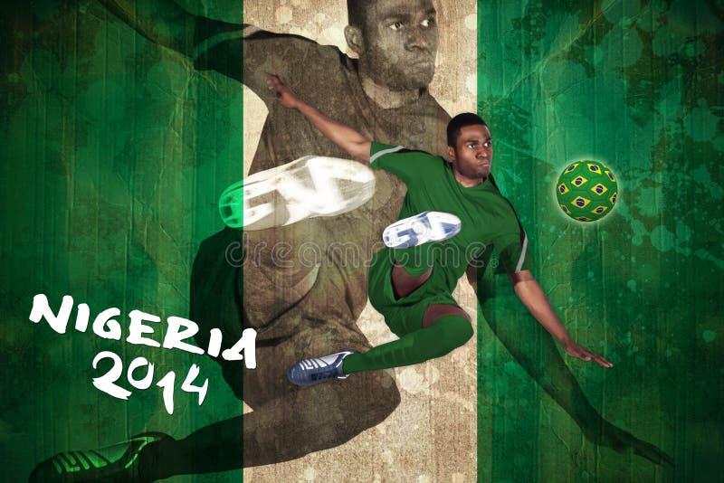 Jogador de futebol no retrocesso verde imagem de stock