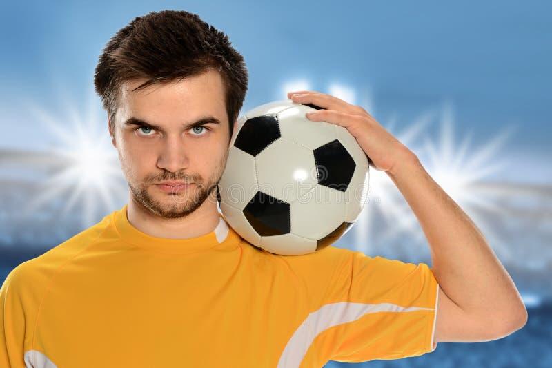 Jogador de futebol que guardara a bola foto de stock royalty free