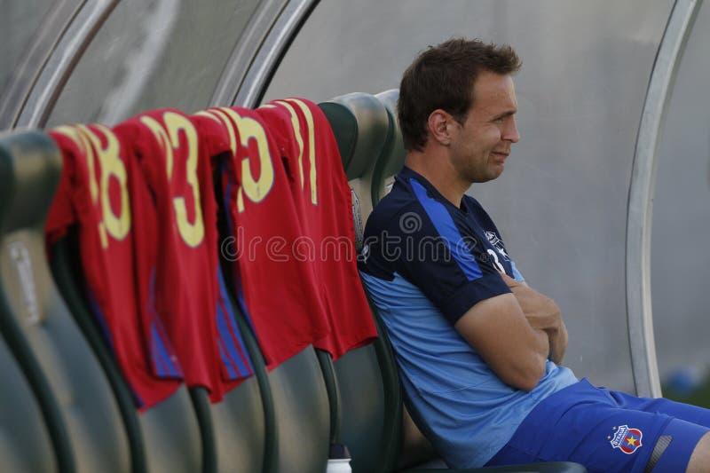 Jogador de futebol que senta-se no banco imagens de stock