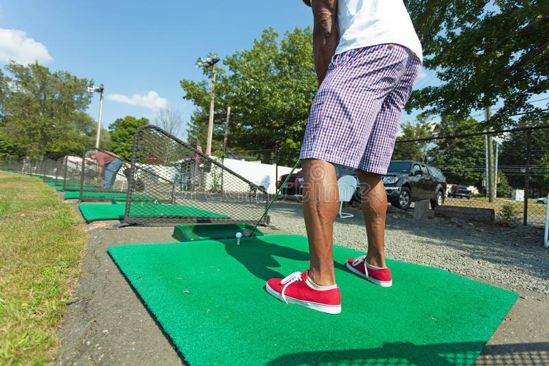 Jogador de golfe da escala de condução fotografia de stock royalty free