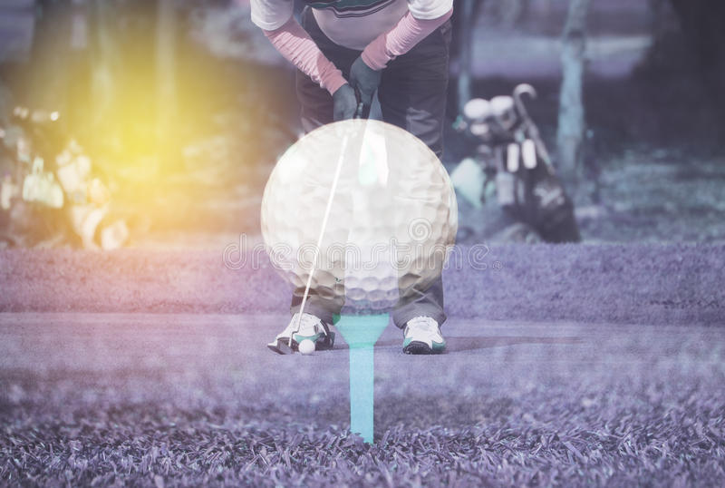 Jogador de golfe da exposição dobro que põe com bola de golfe foto de stock royalty free