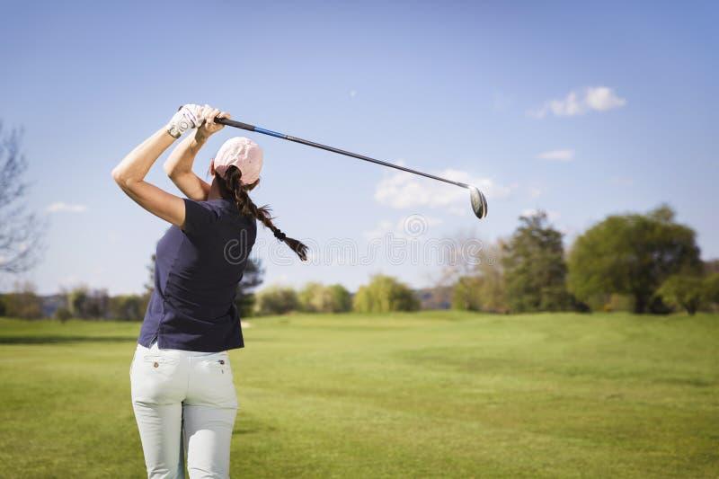 Jogador de golfe da mulher que teeing fora foto de stock royalty free