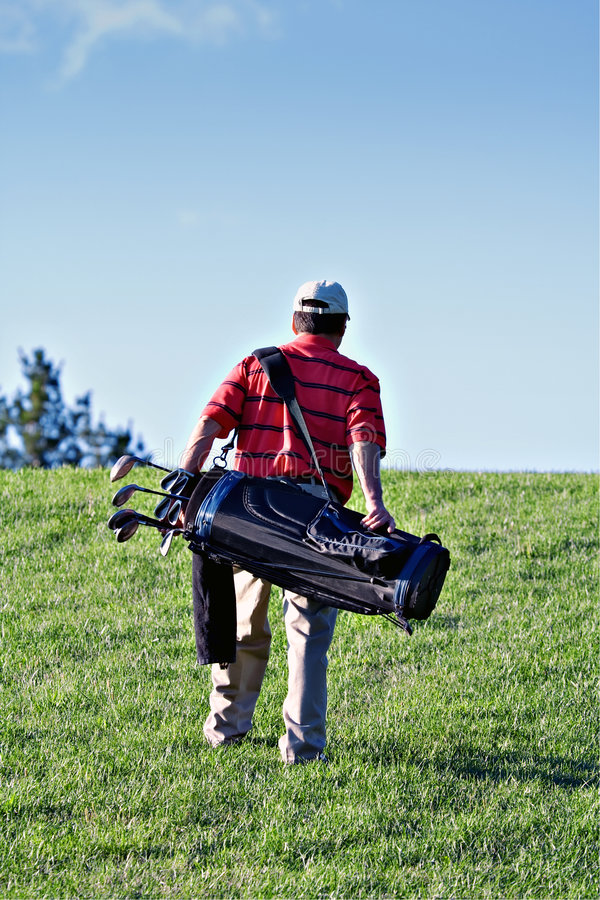 Jogador de golfe de passeio imagens de stock royalty free
