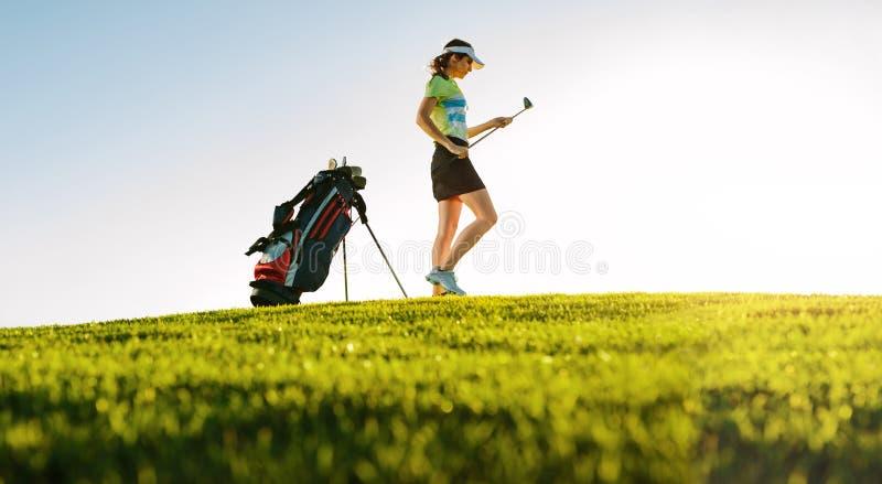 Jogador de golfe fêmea profissional no campo de golfe imagens de stock royalty free