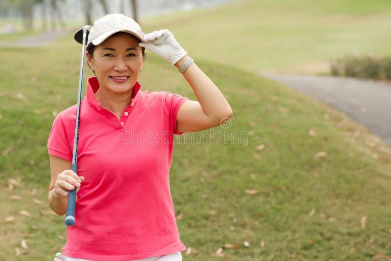 Jogador de golfe feliz da senhora fotografia de stock