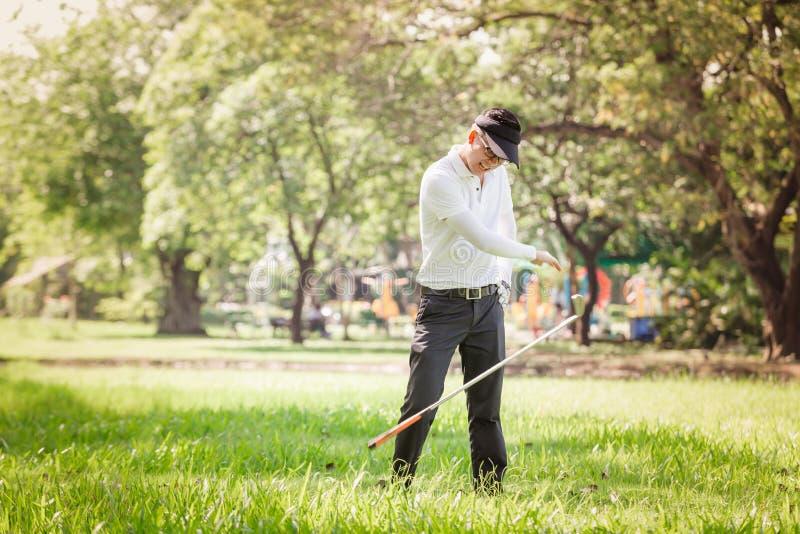 Jogador de golfe irritado dos homens asiáticos imagens de stock