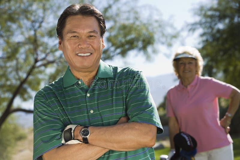 Jogador de golfe masculino feliz com os braços cruzados fotos de stock