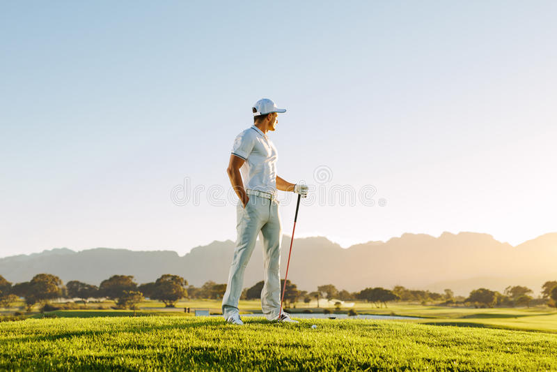 Jogador de golfe masculino que está no campo de golfe foto de stock