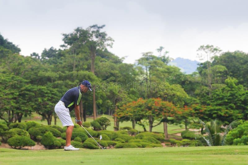 Jogador de golfe no campo de golfe em Tailândia imagem de stock royalty free
