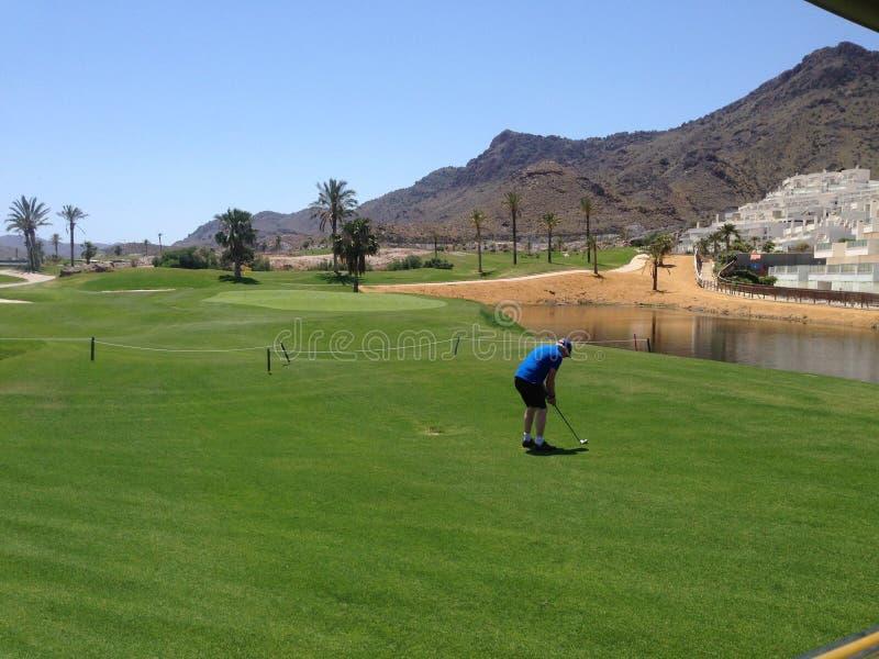 Jogador de golfe no campo de golfe maravilhoso de Aguilon e recurso na Espanha imagens de stock royalty free
