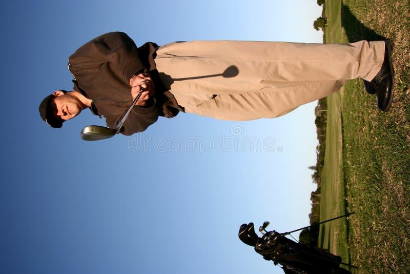 Jogador de golfe no fairway fotografia de stock royalty free