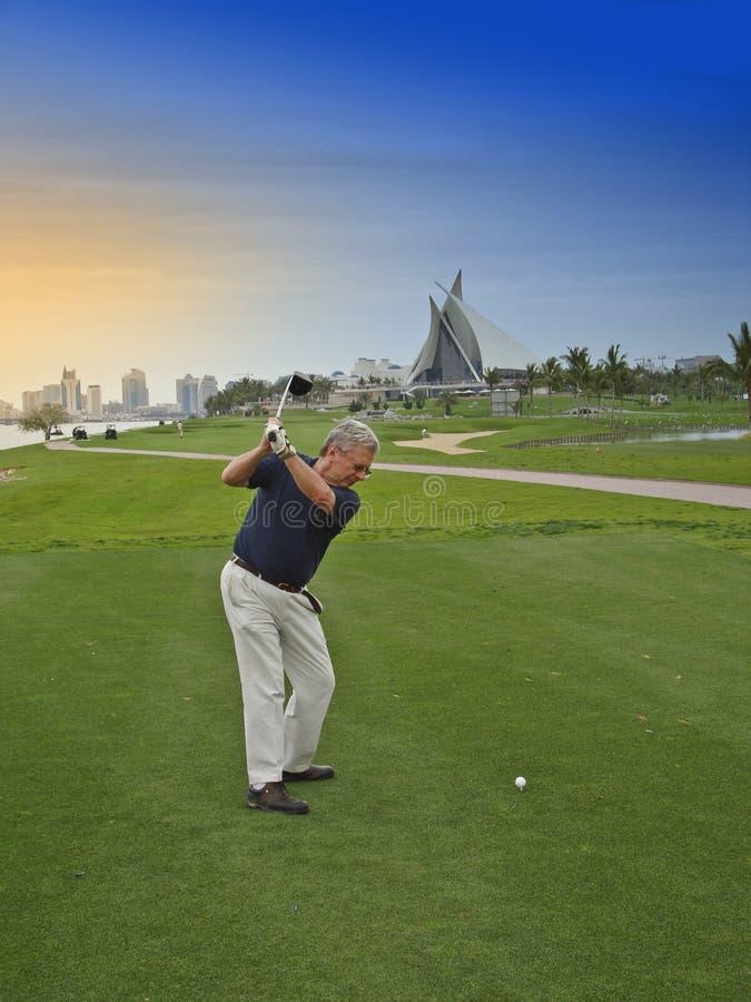 Jogador de golfe nos emirados imagens de stock royalty free