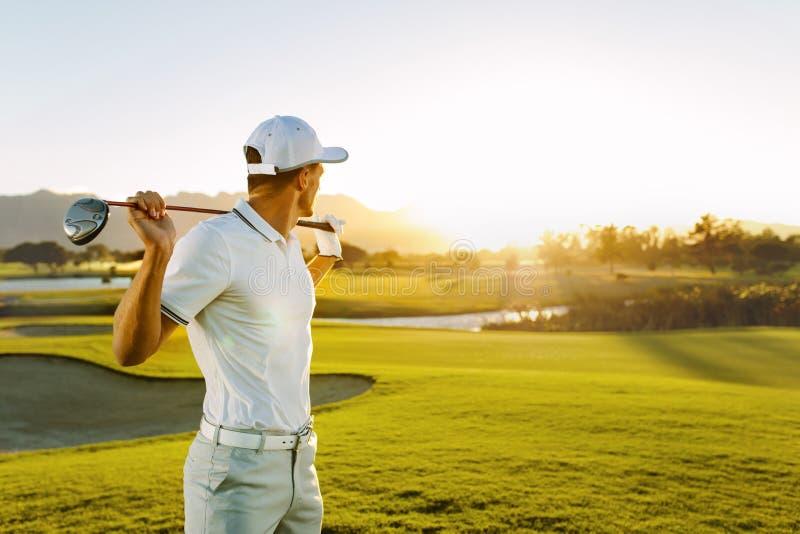Jogador de golfe profissional no campo de golfe fotografia de stock