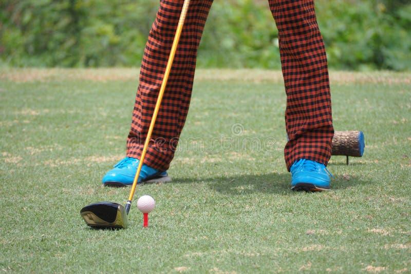Jogador de golfe que bate disparando em um golfe fotografia de stock royalty free