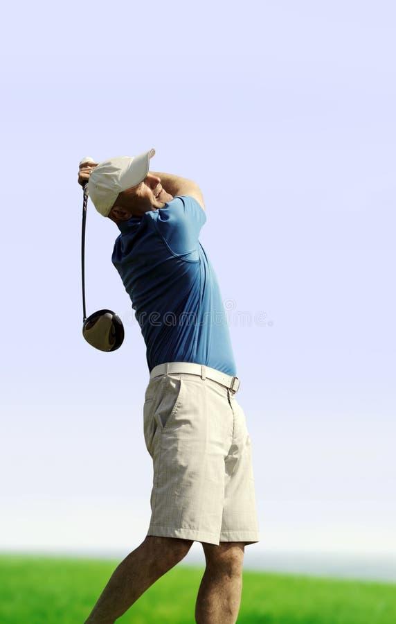 Jogador de golfe que dispara em uma bola de golfe fotografia de stock royalty free