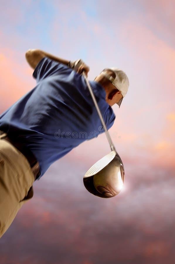 Jogador de golfe que dispara em uma esfera de golfe fotografia de stock royalty free