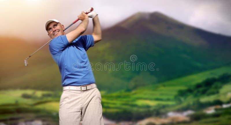 Jogador de golfe que dispara em uma esfera de golfe fotos de stock