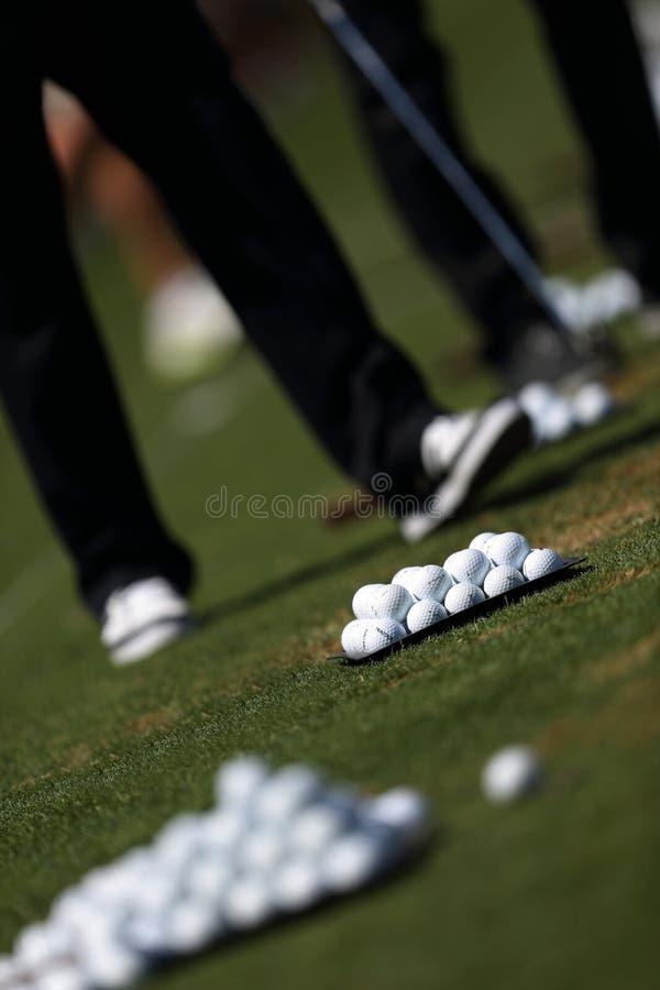 Jogador de golfe que joga o golfe em um campo de golfe foto de stock