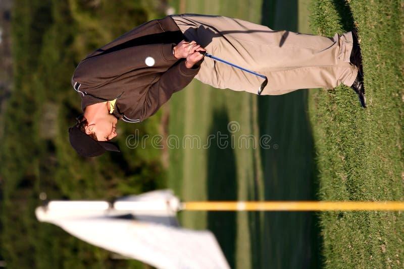 Jogador de golfe que joga o tiro de microplaqueta imagens de stock royalty free