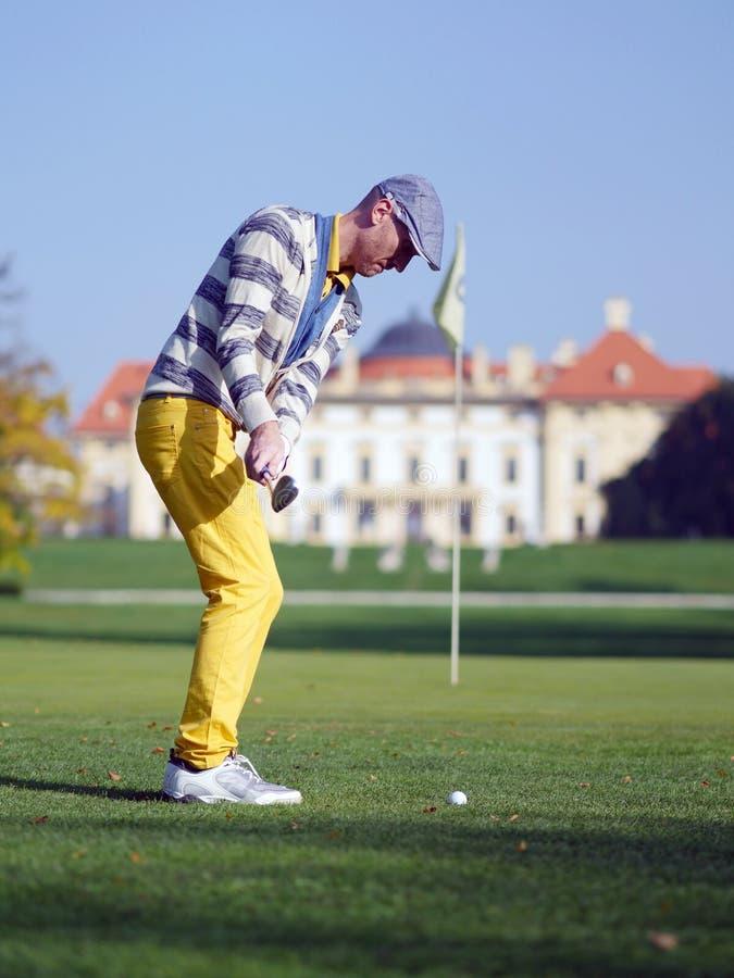 Jogador de golfe que lasca-se para o pino imagens de stock royalty free