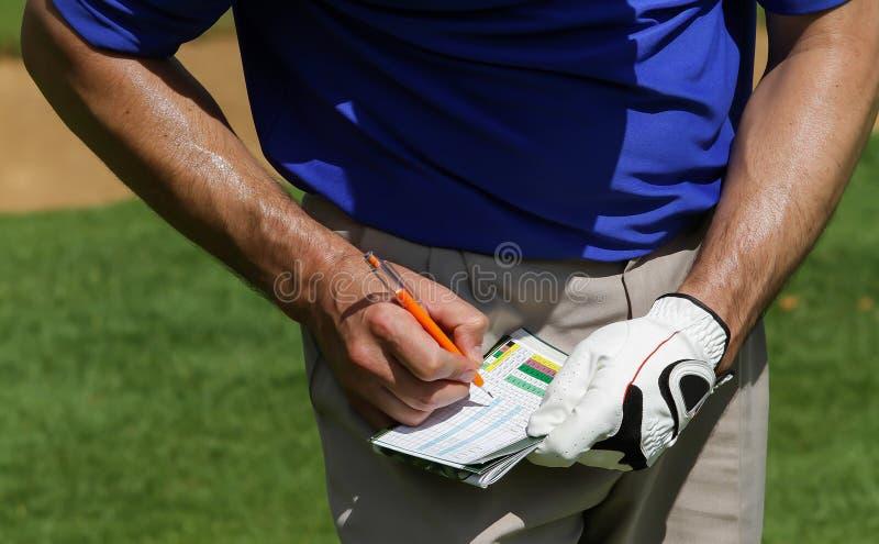 Jogador de golfe que mantém a contagem no marcador fotografia de stock royalty free