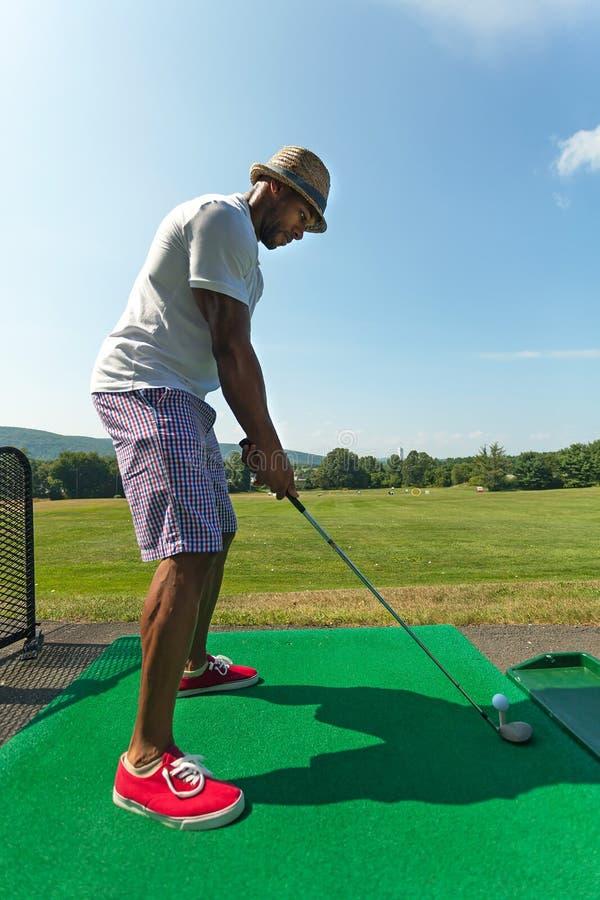 Jogador de golfe que Teeing acima no driving range imagem de stock royalty free