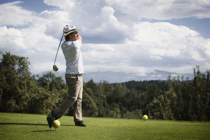 Jogador de golfe que teeing fora. foto de stock